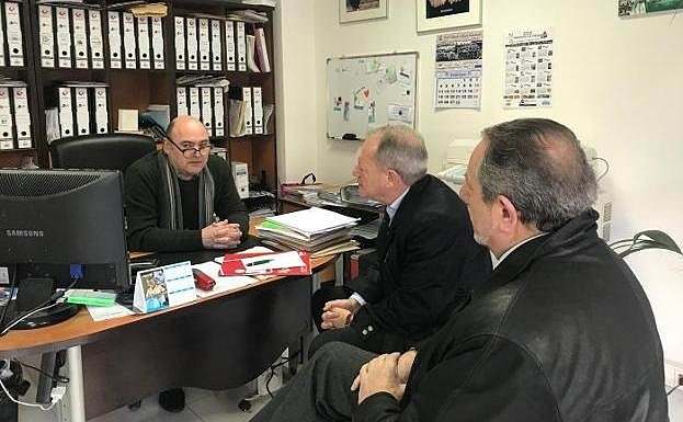 Aurelio Martín y Faustino Sabio, ayer, durante la reunión mantenida con Gregorio Ibáñez, representante de los comerciantes y hosteleros de La Calzada.